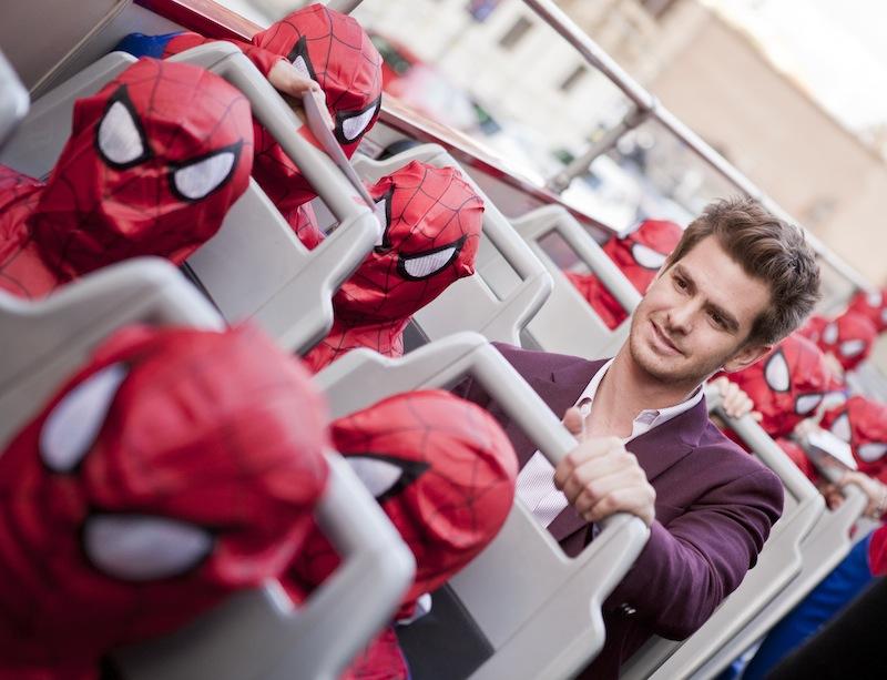 Andrew Garfield alla premiere di Roma circondato da tanti piccoli Spider-Man