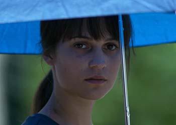 Earthquake Bird: il trailer del film con protagonisti Alicia Vikander e Riley Keough