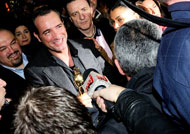 Jean Dujardin accolto da eroe al suo arrivo a Parigi